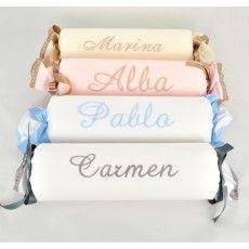 Cojín antivuelco para bebés. Ideal para cunas, capazos y moisés. Confeccionado con tela de piqué y rematado con bonitos lazos y encajes. Todos nuestros cojines son realizados a mano y personalizados con el nombre bordado del bebé. Disponibles en rosa, blanco, celeste y camel con hilos y encajes combinables a tu gusto.