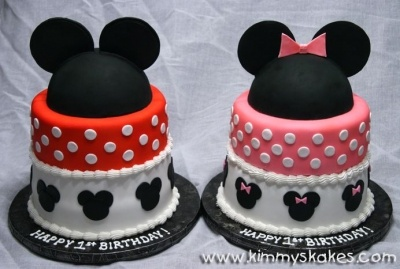 Twin birthday cakes :) This would be good for Ryley and Ivy even though they are 2 years apart.  Since their bdays are the same week!