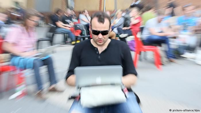 Man with a laptop, Copyright: Stephanie Pilick/dpa