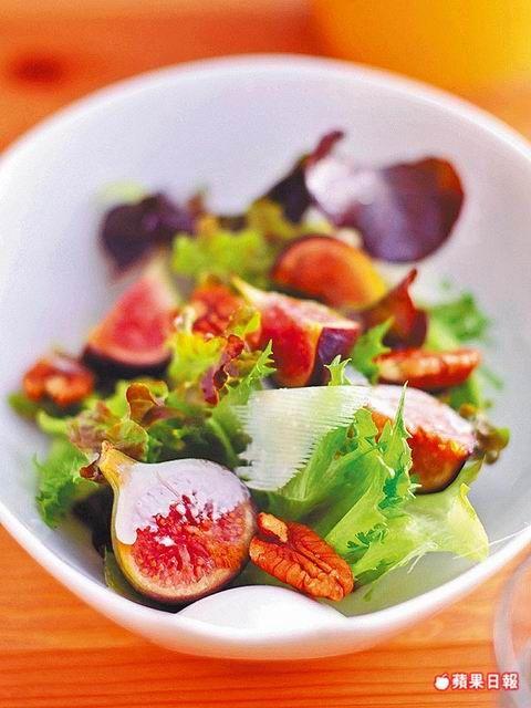 無花果時蔬沙拉佐柚子醋 880元起母親節套餐前菜 無花果吃起來香甜、堅果口感脆,柚子醋清爽,十分開胃。
