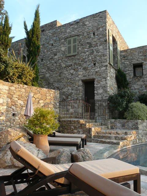 Case latine, une retraite perchée en Haute-Corse: Pensées comme des refuges d'exception, les six suites sont réparties dans des petites maisons en pierre, délicieusement fraîches en été.