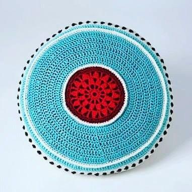Crocheted pillow in red and teal. Virkad kudde i rött och turkos som jag gillar som färgkombination. #crochetpillows #crochet #vikning #virkat  #red #teal #turkos  #veronicafransson  #studiomagenta