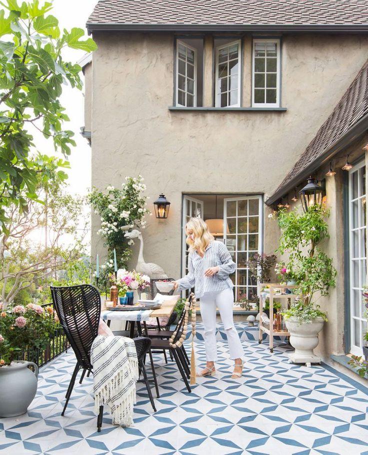 A conhecida designer de interiores e blogger reformou seu jardim para criar um espaço mais convidativo para família, filhos e amigos. Ela priorizou alguns pontos de destaque, como o piso gráfico de…