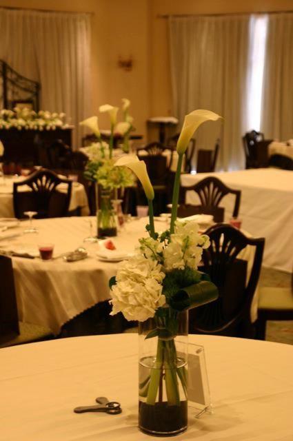 カラーを使ったホワイト、グリーン系のゲストテーブル装飾