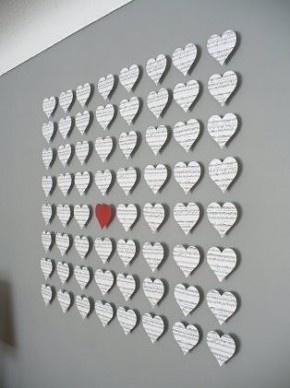 Leuk idee! Knip hartvormige stukjes uit oude liefdesbrieven, mooie liedjesteksten, ... of laat op een feestje al je vrienden een leuke boodschap op een hartvormig papiertje schrijven en maak achteraf een strakke collage op je muur.