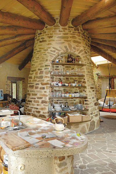 V kuchyni je dominantní opěrný sloup, který je zároveň komínem. Úložné prostory jsou řešeny důmyslně. Nikde nic nepřekáží, vše má jasnou funkci.