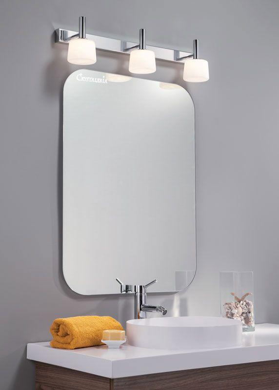 Τρίφωτη απλίκα μπάνιου με βάση απο αλουμίνιο σε ματ φινίρισμα και λευκά γυαλιά. Διαθέτει δείκτη στεγανότητας IP44 για προστασία απο νερό και σκόνη, ιδανική για ασφαλή χρήση σε μπάνιο. Τοποθετείται πάνω απο τον καθρέφτη με τη φορά των γυαλιών προς τα πάνω ή προς τα κάτω.