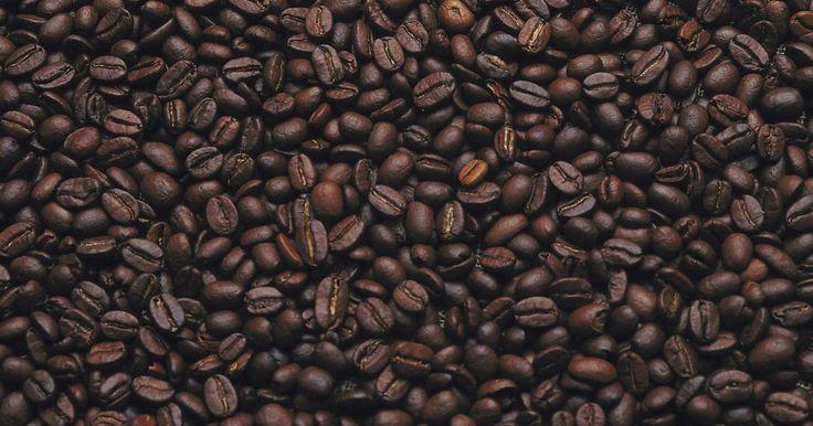 Cómo teñir el cabello con café, té y especias. Usar productos como el té, el café y las especias para teñir tu cabello es una buena forma de permitir que la cabellera descanse de los químicos y ahorrar un poco de dinero.