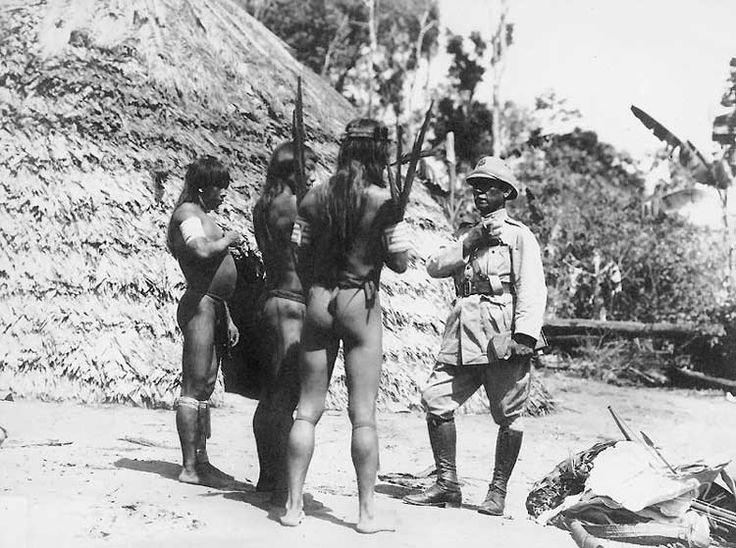 O General Rondon diante de três Tiriyó. Foto: acervo Comissão Rondon, 1928.  Tiriyó    Denise Fajardo Grupioni  Antropóloga, doutora em Antropologia Social pela FFLCH-USP