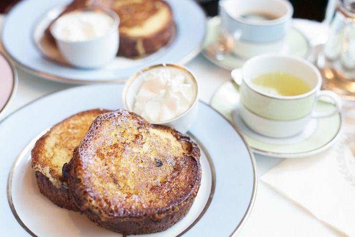 ちなみにフランス語では pain perdu(失われたパン)と呼ばれるフレンチトースト。パリの有名パティスリー「ラデュレ」では、これを目当てに来るパリジャンがたくさんいるとか!