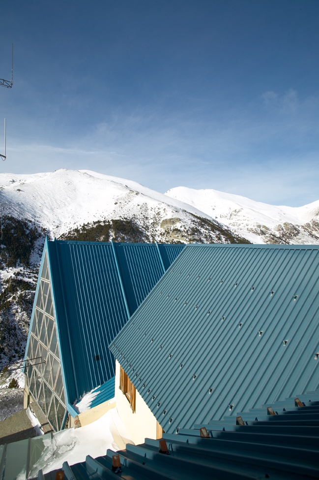Pic de l'Àliga - Núria. com a alberg d'alta muntanya permet practicar infinitat d'ascensions a pics de gran interès, travesses, descensos de barrancs, escalada, esquí de muntanya i de pista, passejades en barca pel llac. Vall de Núria.