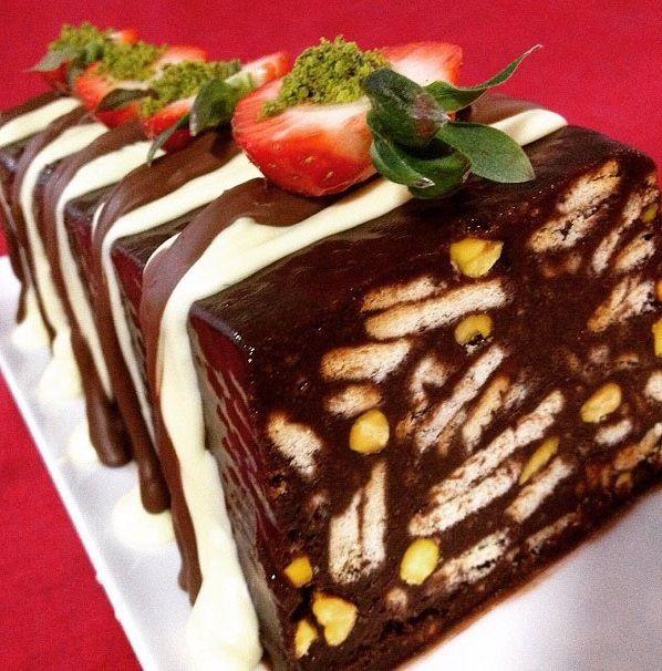 Evde kolay malzemelerle yapabileceğiniz nefis pastalardan biri olan bisküvili mozaik pastayı sakın kaçırmayın mutlaka deneyin.