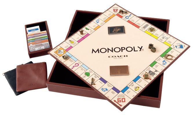 〈コーチ〉からモノポリーとコラボレーションしたゲームが登場! ボードはオールレザー使用で、お金や駒などはすべてコーチバージョンになったオリジナルモノポリー。一部の路面店でのみ数量限定で販売されます。