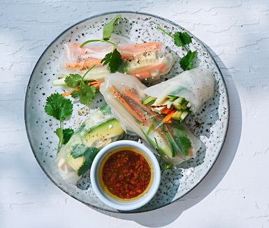 Prova göra hemmagjorda vårrullar med grillad tofu, eller låt gästerna göra jobbet genom att rulla sina egna vid bordet. Dessa innehåller bland annat avokado och böngroddar och serveras med en härlig sojadipp.