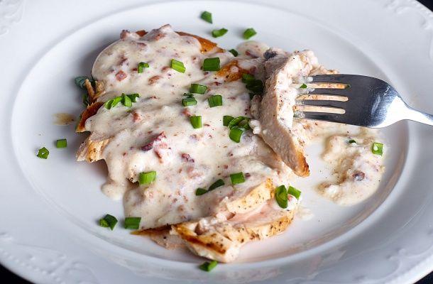 Oldd meg gyorsan az ebédkészítést! Ezzel a fokhagymás-sajtos csirkével nem lesz nehéz!