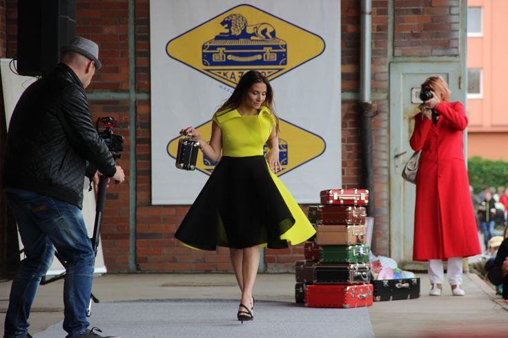Eva #Decastelo na módní přehlídce s kufříky #Kazeto. Eva Decastelo on fashion show with Kazeto #suitcases. www.kazeto.cz