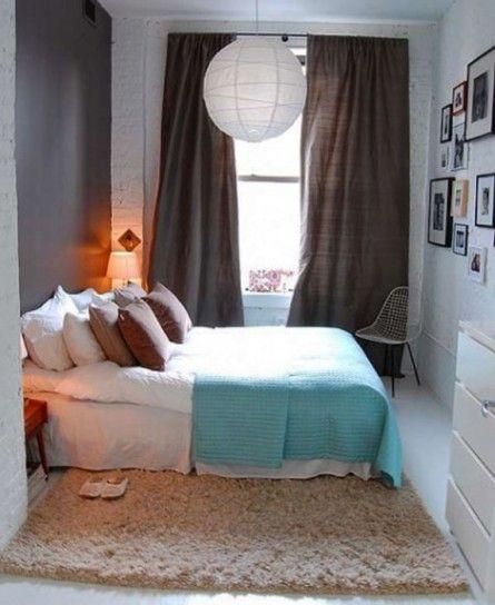 Stanza accogliente di piccole dimensioni - Piccola camera da letto arredata con tessuti nelle tinte del marrone e dell'azzurro.