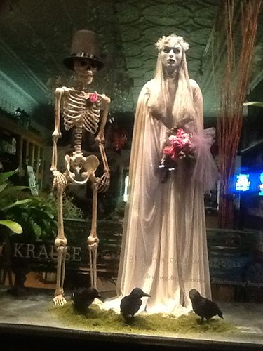 The haunted couple | Visit nkfloraldesign.com for more #nkfloraldesign #flowers #halloween