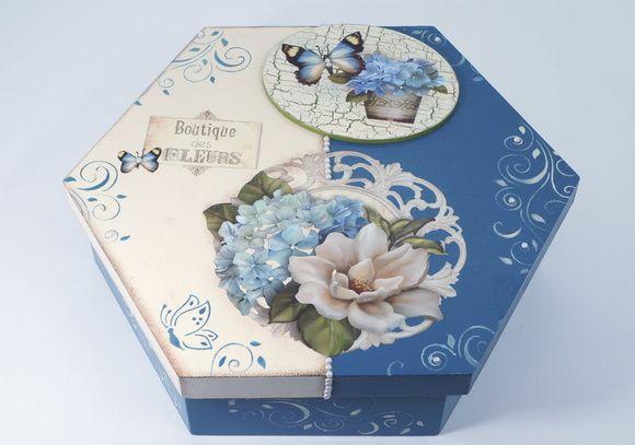 Caixa sextavada em mdf decorada com aplique de mdf, com decoupage, craquelê, estêncil e pérolas