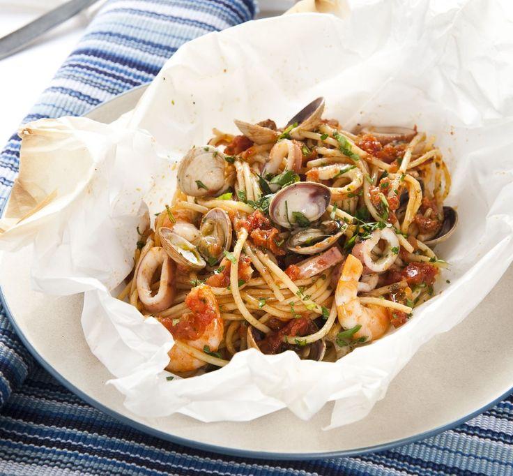 Scottate in acqua a bollore i pomodori, spellateli, tritateli.  In una padella scaldate due cucchiai d'olio con due spicchi d'aglio, unite il peperoncino e le...