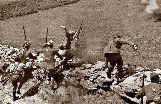 Spain - 1938. - GC - Zona nacional - Madrid - Legionarios atacan una posicion enemiga en el frente de Madrid