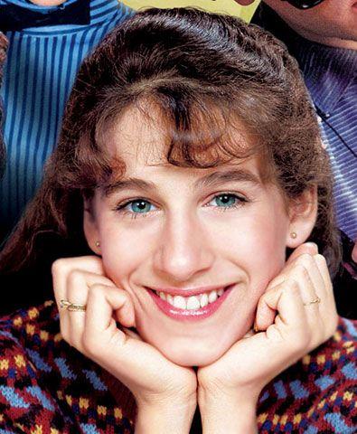 Negli anni '80 interpretava in tv una ragazzina nerd, con gli occhiali spessi, la lunga treccia e gli abiti da secchiona. La classica adolescente un po' esclusa dal gruppo, poco elegante e tutt'altro che bella. Chissà se Sarah Jessica Parker immaginava di diventare, vent'anni dopo, la invidiatissima e copiatissima trend setter Carry Bradshow.