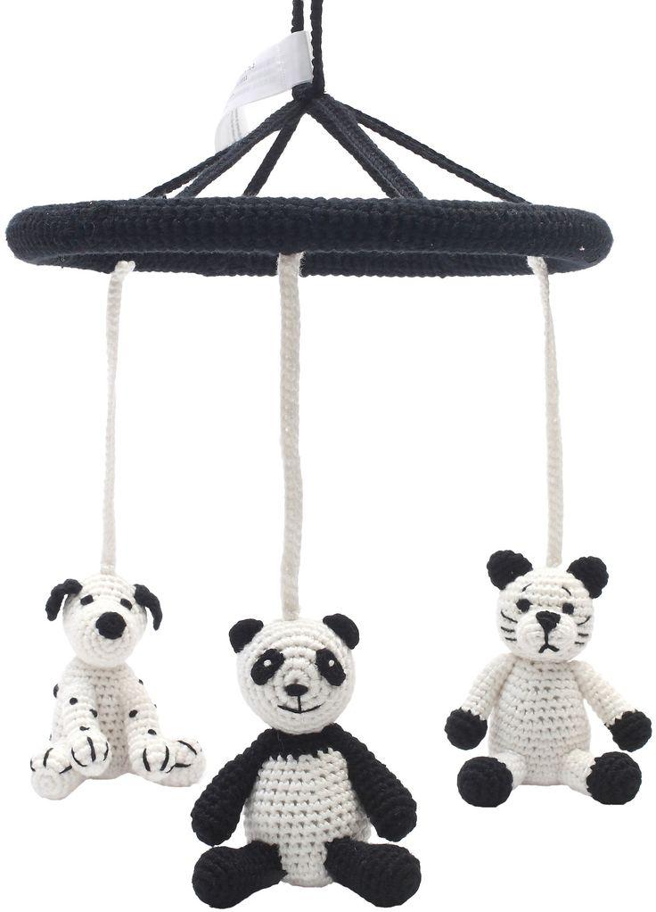 En herlig uro med søte figurer i fine farger fra NatureZoo.<br><br>NatureZoo Uro Katt, Panda & Hund består av tre fine dyr som er heklet for hånd med Øko-Tex-sertifisert bambusgarn. Uroen er lett å henge opp og de små dyrene plinger fint når man beveger på dem. Perfekt til både stellebord og sprinkelseng.<br><br>Mål: Ø22 cm.<br><br>Materiale: bambusgarn, polyestervatt.<br>Vaskeanvisning: håndvask.