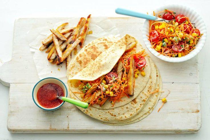 10 december - Kipschnitzels + snoeptomaatjes in de bonus = Zet de wraps en ingrediënten apart op tafel, zodat iedereen zelf zijn wraps kan beleggen; lekker én leuk! - Recept - Allerhande
