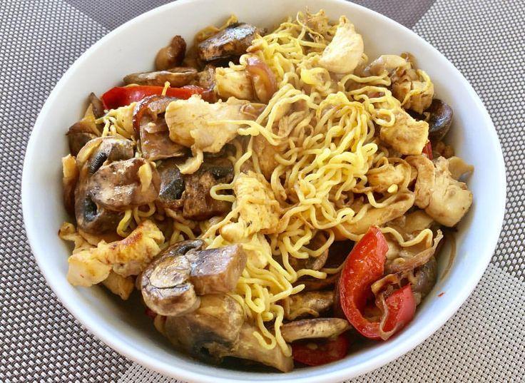 """230 Me gusta, 10 comentarios - Maria Martinez Dukan (@mariamartinez_dukan) en Instagram: """"Mi comida de hoy: pollo salteado con verduras (cebolla, pimiento, setas) y fideos shirataki de…"""""""