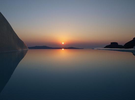 SUN ROCKS Hotel Santorini | Sunset over the Pool
