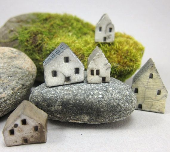 Ceramic houses by Szilvia Vihriälä. Hardstikke mooi! Ik ben ze  inmiddels ook aan het maken maar ga ze niet raku-glazuren. Het moet natuurlijk geen kopie worden. Ze worden straks anders geglazuurd en ik plak ze op maaskeien, de typische steensoort van het gebied waar ik woon. Inmiddels uitgevoerd, zie bord 'keramiek van Leim en Zwa'.