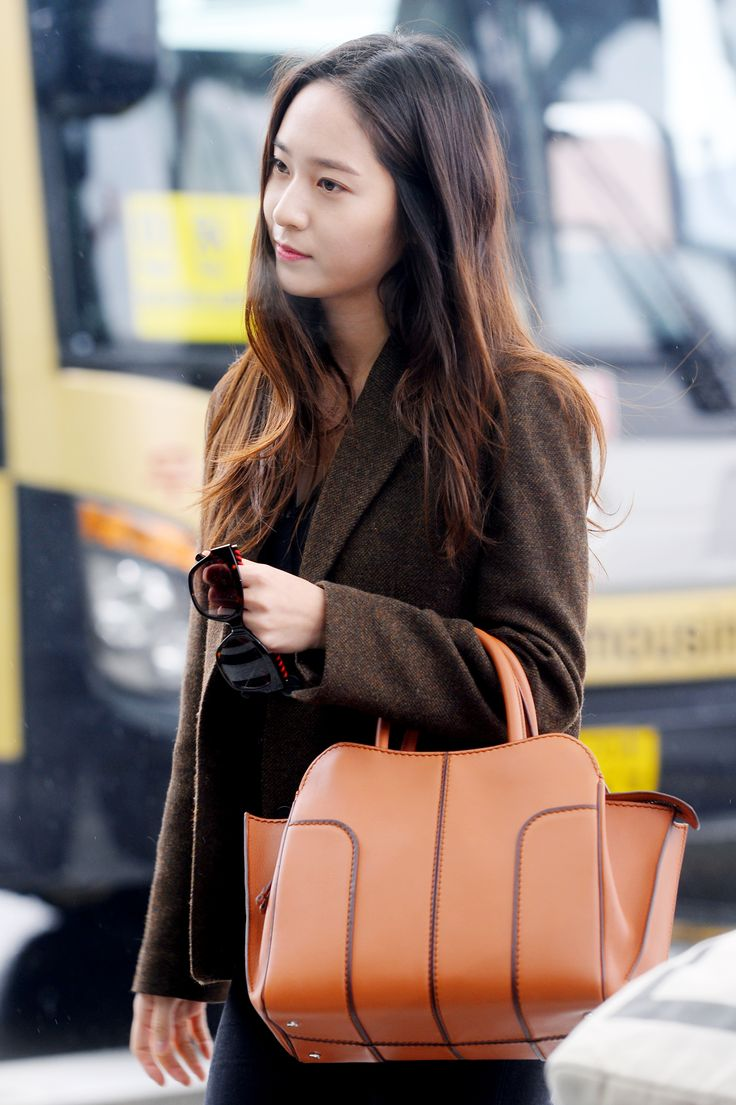 Beautiful #KrystalJung leaving for Milan to join Tod's at the Milan Fashion Week with her Tod's Sella Bag and Tod's eyewear #MFW #TodsSellaBag #Tods