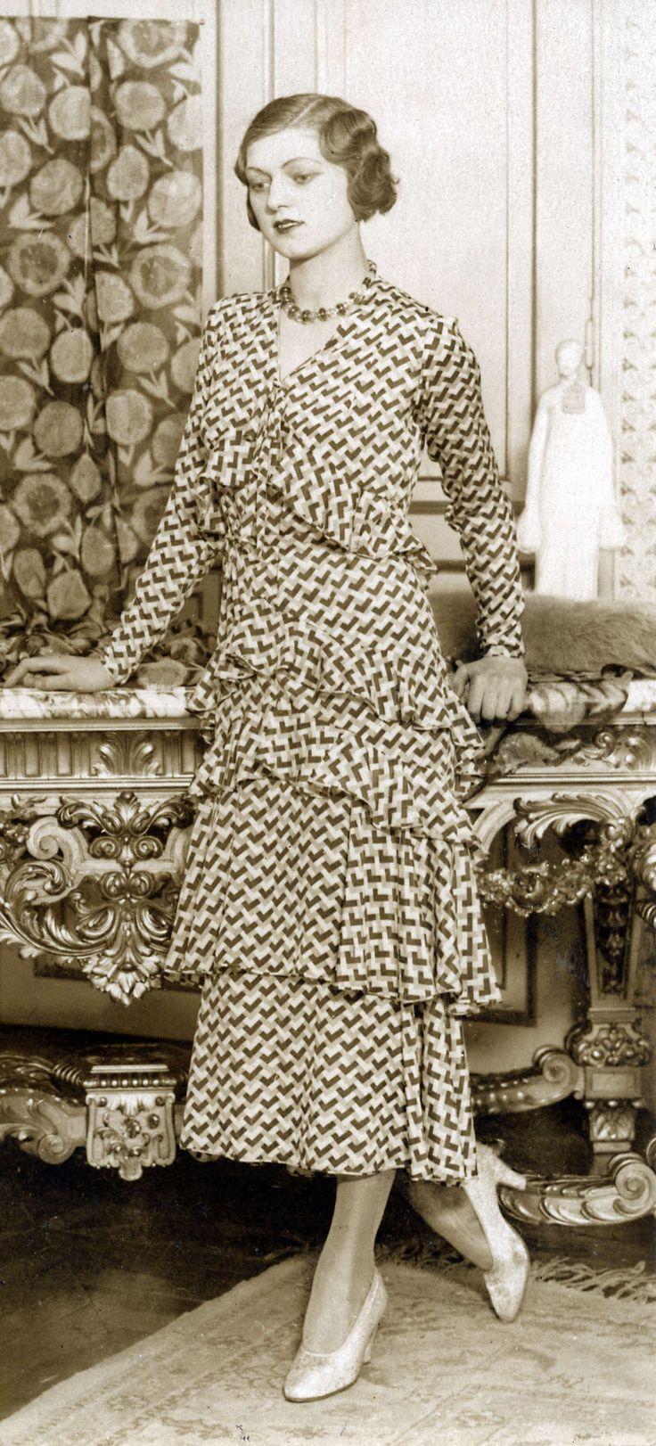 14-11-11  Damesmode. Mode van de Parijse ontwerper Paquin. Lange jurk in over elkaar vallende lagen met stroken en blokjesmotief. De titel die deze creatie meekreeg was 'Garden party'. Parijs, Frankrijk, 1930.