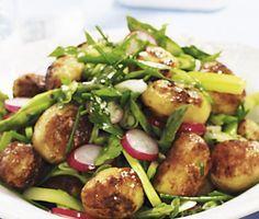 Denna rostade potatissallad är ett fräscht recept på en matig sallad som andas sommar. Delikatesspotatisar, salladslök, rädisor och sparris som kryddas med gräslök och persilja får en fin avslutning med lite salladsdressing på toppen.