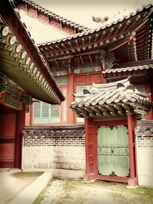 We visited the living quarters of the Choson Dynasty (1392-1897) royalty last week. The palace is situated at the foot of Mount Bugaksan, and was originally on the outskirts of the city, though now it's surrounded by Seoul.