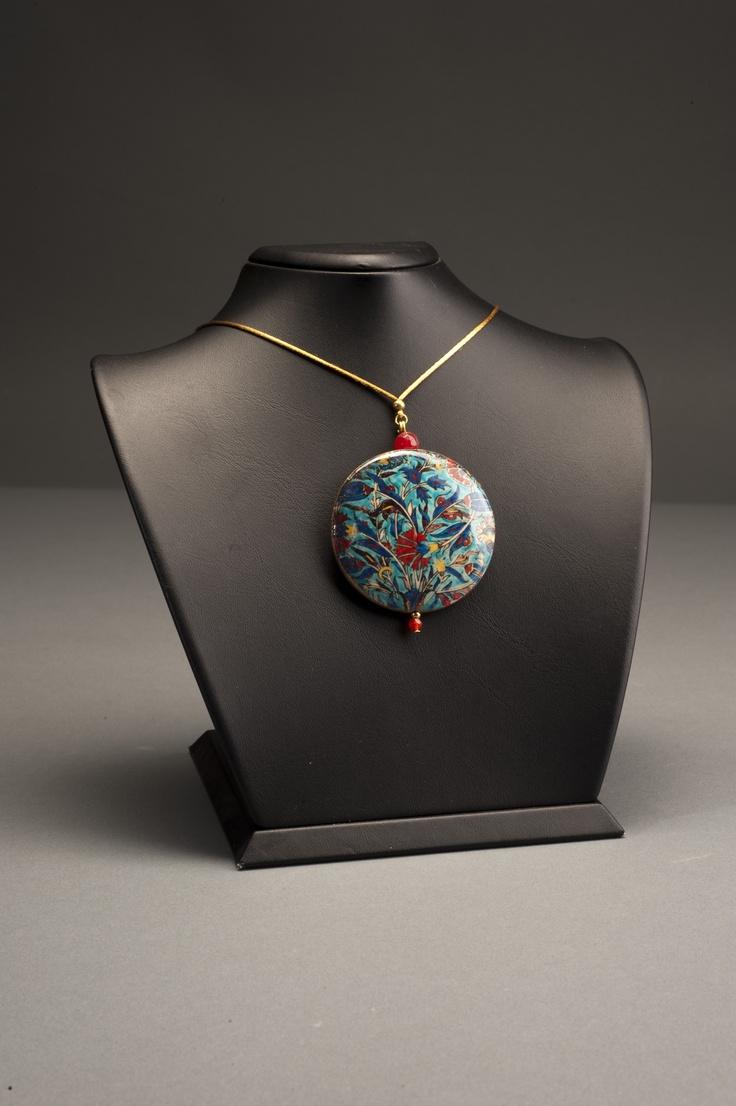 Suna ve İnan Kıraç Vakfı Kütahya Çini ve Seramikleri Koleksiyonu'ndan ilham alınarak tasarlanmış kolye   Necklace inspired by the Suna and İnan Kıraç Foundation Kütahya Tiles and Ceramics Collection.