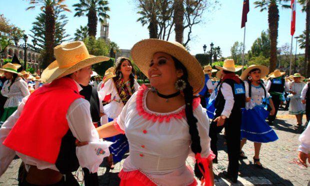 HAZAÑA. Mil 247 parejas bailaron coordinamente por más de 3 minutos. Adjudicataria entregó título por haber reunido la mayor cantidad de parejas en un baile folclórico.