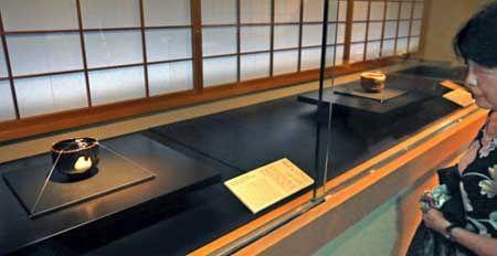 重要文化財に指定された黒樂茶碗「青山」(手前)と赤樂茶碗「鵺」が並ぶ「樂道入展」=京都市上京区・樂美術館