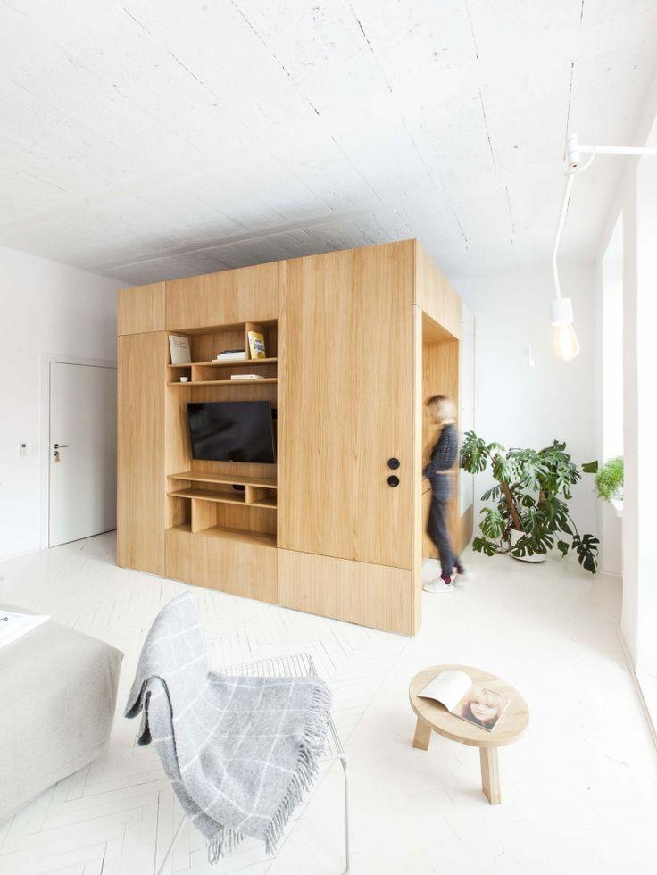 Deze appartementen in een oude fabriek in Lublin, Polen hebben een open ruimte met een kubus waarin de voorzieningen keuken, toilet, badkamer, kledingkast en werkplek zitten. Kijk op: http://label-magazine.com/lubelskie-apartamenty-w-starej-fabryce-ezp-6549.html