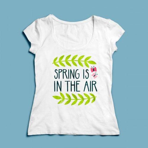 T-shirt Spring is in the Air | Een 100% katoen single jersey t-shirt verkrijgbaar met v-hals of ronde hals met lente opdruk voor dames! In diverse maten verkrijgbaar.  #kleding #textieldruk #textielprint #opdruk #print #eigenprint #damesshirt #herenshirt #tshirt #shirt #witshirt #dames #lente #voorjaar #seizoen