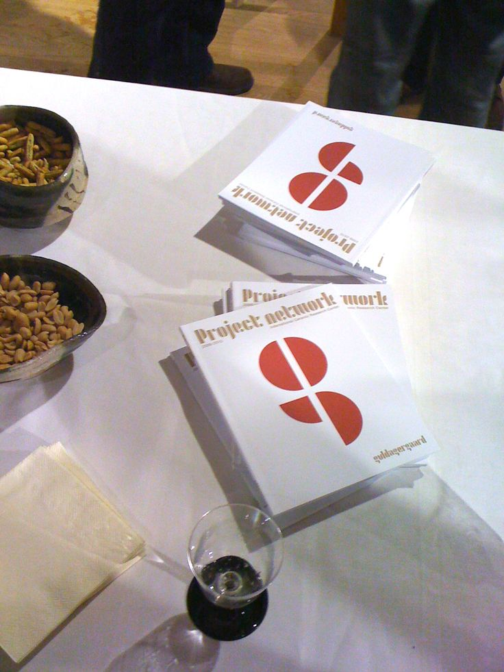 Kataloge auf einem Tisch bei der Eröffnung.