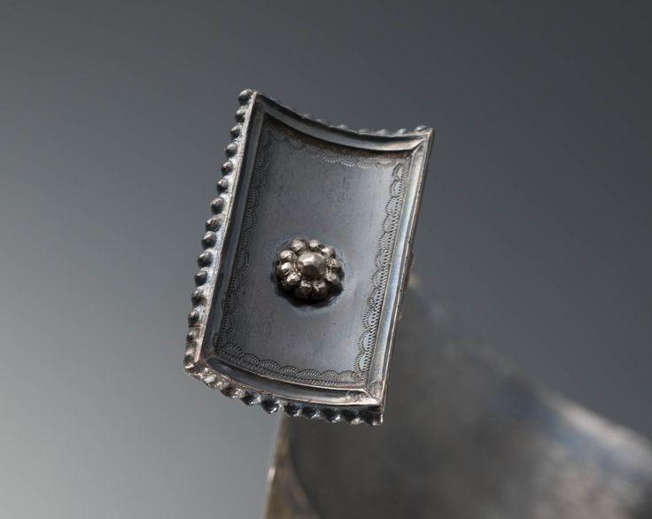 Zilveren oorijzer, gedragen in door een vrouw uit Scharwoude. Het oorijzer is vervaardigd in 1883 door J. van Straaten te Hoorn. #NoordHolland #WestFriesland #Koggenland