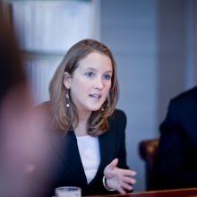 Business woman in a meeting. Ze kijkt niet in de camera en door haar actieve houding komt ze gedreven en professioneel over.