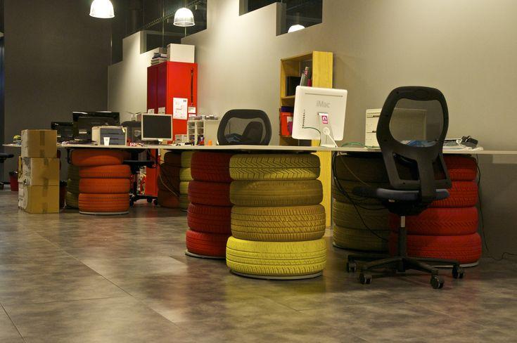 Oficina escritorios con neum ticos oficines for Decoracion de escritorios de oficina