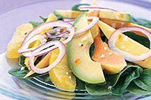 Voici une salade hawaïenne rafraîchissante : lit d'épinards garnis de papaye, d'avocat, d'oranges et d'oignons, le tout arrosé de vinaigrette crémeuse aux graines de pavot. Goûtez-y!