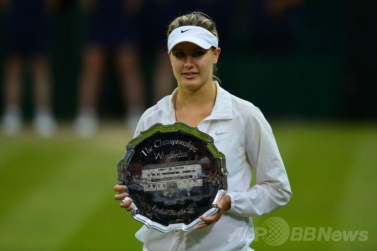 テニス、ウィンブルドン選手権(The Championships Wimbledon 2014)、女子シングルス決勝。準優勝のトロフィーを手にするユージェニー・ブシャール(Eugenie Bouchard、2014年7月5日撮影)。(c)AFP/CARL COURT ▼6Jul2014AFP|クヴィトバが3年ぶりのウィンブルドン制覇、ブシャール寄せつけず http://www.afpbb.com/articles/-/3019762 #The_Championships_Wimbledon_2014 #Eugenie_Bouchard