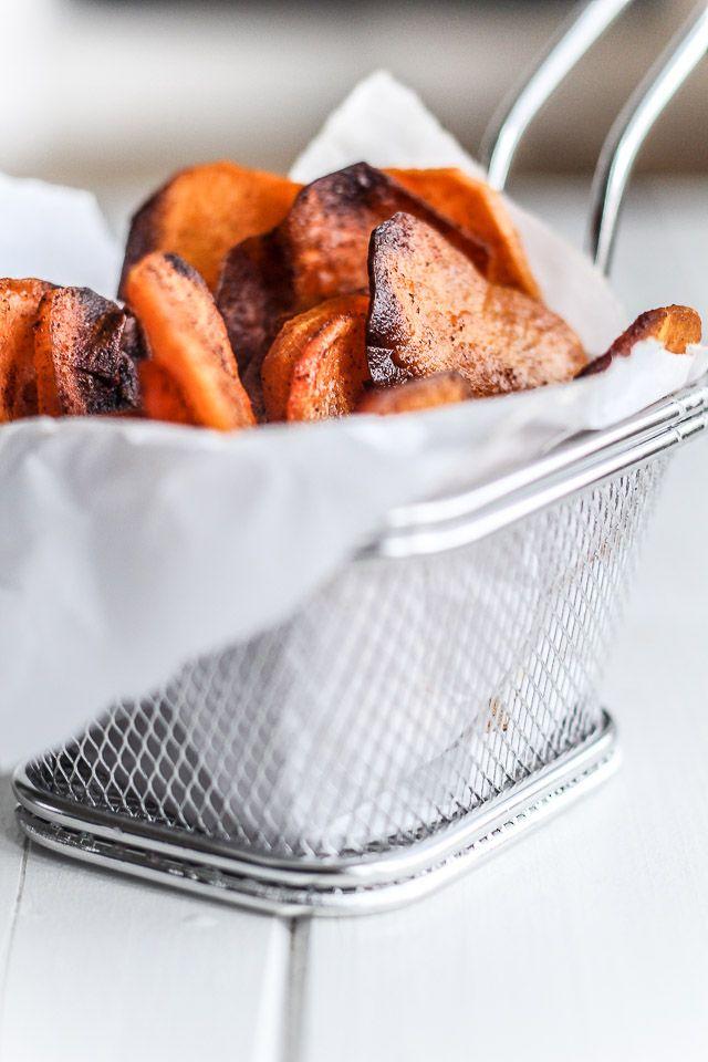 Det er nemt at lave chips selv. Prøv en sundere chips på søde kartofler bagt i ovnen. Få opskrift på chips + hjemmelavet dip her >