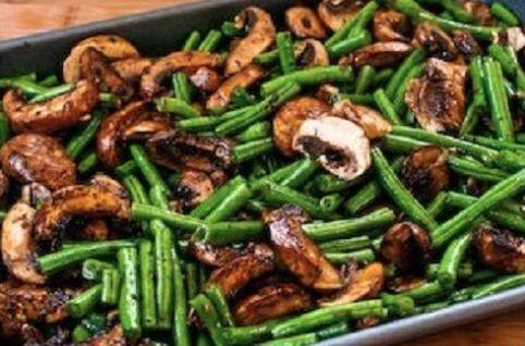 Haricots verts et Champignons rôtis...Balsamique et Parmesan! #haricot #verts…