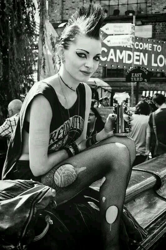 PUNK GIRL ....this eyeliner, perfection!
