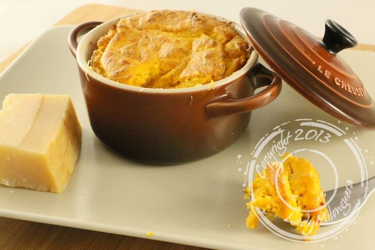 En commandant mes cocottes individuelles Le Creuset, j'ai également reçu un petit livre de recettes dans lequel figurait celle de ces soufflés au potiron et au parmesan.